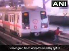 VIDEO: दूसरे प्लेटफॉर्म पर जाने के लिए मेट्रो ट्रैक पार कर रहा था शख्स, तभी ट्रेन उसके पास आई और फिर