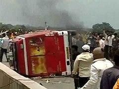 मराठा आरक्षण आंदोलन हुआ हिंसक: एक मौत के बाद भड़की हिंसा, कई हाईवे बंद और गाड़ियों में भी लगाई आग