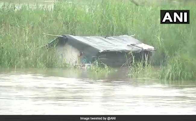 दिल्ली में यमुना खतरे के निशान से ऊपर, निचले इलाकों से लोगों को सुरक्षित जगहों पर ले जाया जा रहा