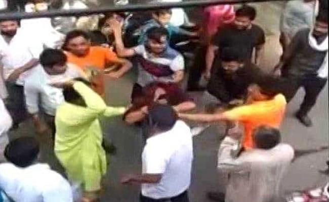 उत्तर प्रदेश : हिंदू लड़की से शादी करना चाहता था मुस्लिम युवक, भीड़ ने बुरी तरह से पीटा