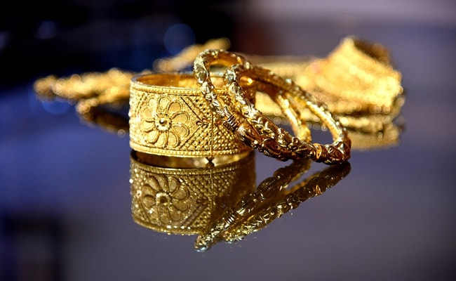 Gold Prices Continue Downfall Amid Cautious Buying