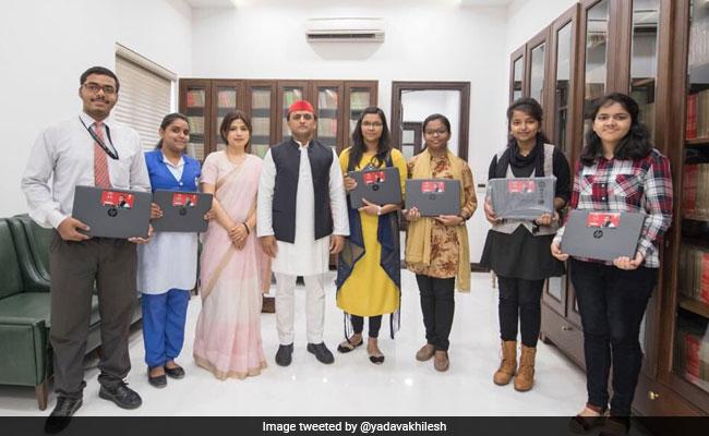 सपा अध्यक्ष अखिलेश यादव ने टॉपर्स को बांटे लैपटॉप, BJP पर जमकर साधा निशाना
