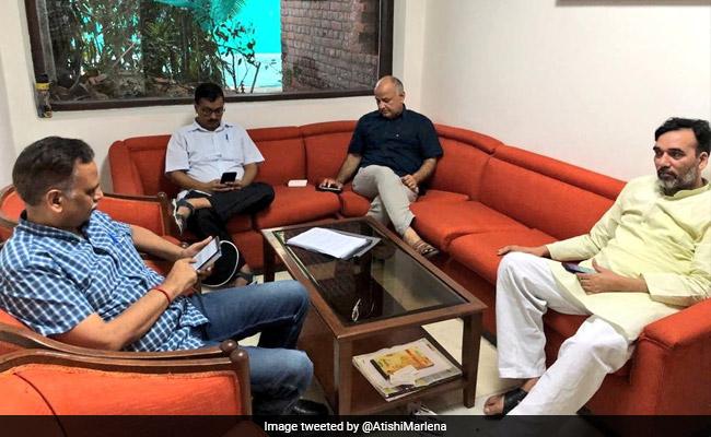 धरने पर केजरीवाल सरकार, प्रणब मुखर्जी और कांग्रेस के इफ्तार से जुड़ी खबरों का पार्टी ने किया खंडन, आज की 5 बड़ी खबरें
