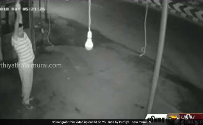 बल्ब चुराने के लिए इस आदमी ने कर डाली जबरदस्त एक्सरसाइज, Viral हुआ वीडियो