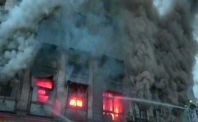 मुंबई फोर्ट इलाके में भीषण आग, मौके पर दमकल की 16 गाड़ियां मौजूद