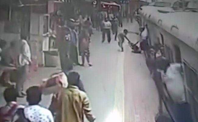 मुंबई लोकल पर चढ़ते-चढ़ते फिसल गया महिला का पैर, Video में देखें क्या हुआ फिर