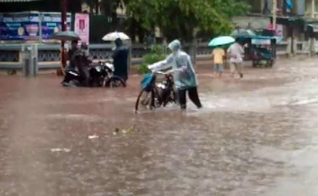 मुंबई में लगातार बारिश से ट्रेनें थमीं, स्कूल किये गये बंद : 10 बड़ी बातें