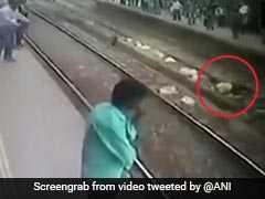 खुदकुशी के लिये रेलवे ट्रैक पर लेट गया शख्स, CCTV में कैद हुई घटना