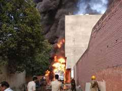 Exclusive- मालवीय नगर में ट्रक का टैंक फटा और देखते-देखते पूरे गोदाम में लग गई आग