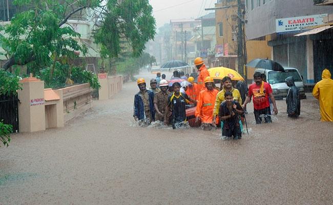 9 घंटे की मूसलाधार बारिश से कर्नाटक बेहाल, पानी में फंसे स्कूली बच्चों को बोट के सहारे निकाला गया, रेड अलर्ट जारी