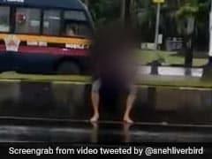 मुंबई : भीड़भाड़ वाले इलाके में एक प्रेमी युगल ढिठाई से करता रहा प्यार का इजहार