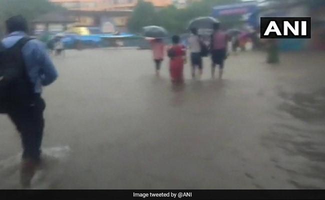भारी बारिश से मुंबई में जीवन अस्तव्यस्त, करीब 90 ट्रेनें रद्द