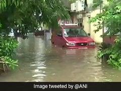 मूसलाधार बारिश से मुंबई पर आफत, कई इलाकों में बाढ़ जैसे हालात, पुल  बंद, रेल की पटरियां डूबीं
