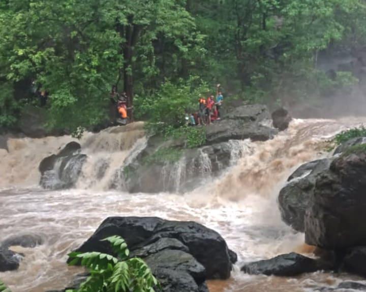 मुंबई में भारी बारिश के बाद चिंचोटी झरने में फंसे 106 लोगों को बचाया गया, एक की मौत