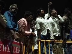 What Draws Crowds To The Hospital Where Karunanidhi Is Being Treated