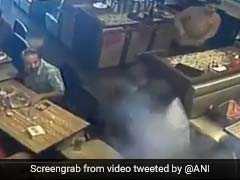 VIDEO: रेस्तरां में खाना खा रहा था शख्स, पॉकेट में रखा मोबाइल हुआ ब्लास्ट फिर हुआ ये....