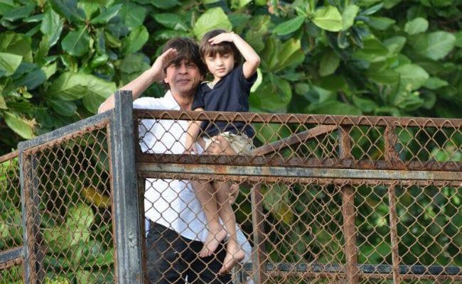 ईद पर शाहरुख ने अपने बेटे अबराम के साथ कुछ यूं दी बधाई, सेल्फी हुई वायरल