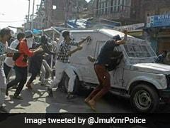 कश्मीर में पथराव के दौरान सीआरपीएफ की गाड़ी के नीचे आए तीन लोग, विरोध तेज