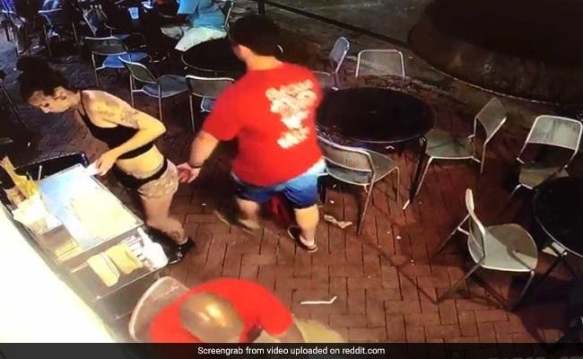 Viral Video: रेस्टोरेंट में महिला वेटर के साथ शख्स ने की छेड़छाड़, फिर जो हुआ वो देखने लायक था