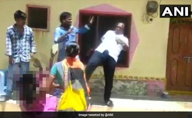 तेलंगाना में स्थानीय निकाय प्रमुख ने जमीन विवाद को लेकर महिला  की छाती पर मारी लात