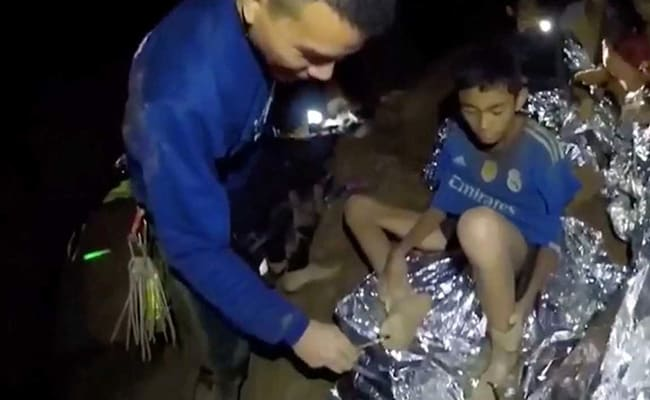 फीफा अध्यक्ष ने थाईलैंड में गुफा में फंसे बच्चों को विश्व कप फाइनल के आमंत्रित किया
