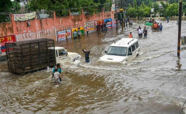उत्तर भारत में बाढ़ और बारिश का कहर : अस्पताल से लेकर घरों तक घुसा पानी, नदियां भी उफान पर