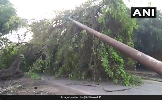 उत्तर प्रदेश में आंधी-तूफान का कहर, 10 की मौत, दिल्ली में सांस लेना हुआ दूभर