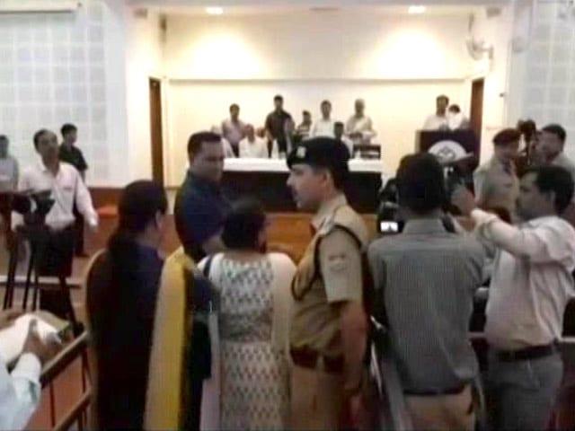 उत्तराखंड में महिला टीचर के तबादले का मामला, अब CM त्रिवेंद्र रावत की पत्नी पर उठे सवाल