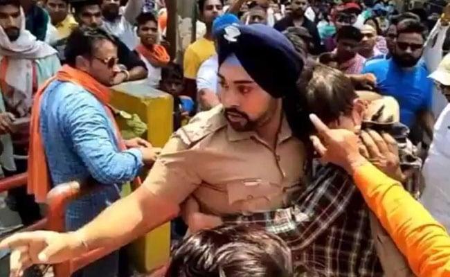 जाबांज सिख पुलिसकर्मी ने मुस्लिम युवक को भीड़ से बचाया, सोशल मीडिया पर मिल रही जमकर तारीफ