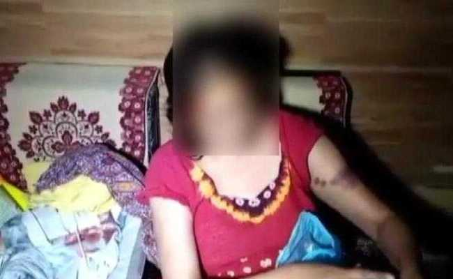 झगड़े में बीच बचाव करने गई महिला तो मकान मालिक के बेटे-बहू ने निर्वस्त्र कर पीटा