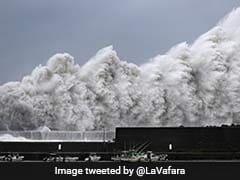 जापान में भयानक तूफान के बाद एयरपोर्ट पर बाढ़ की स्थिति, नाव की मदद से यात्रियों को निकाला जा रहा बाहर
