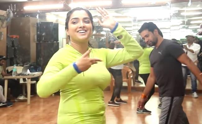 आम्रपाली दुबे ने इन अदाओं से की डांस प्रैक्टिस, वीडियो YouTube पर 36 लाख के पार