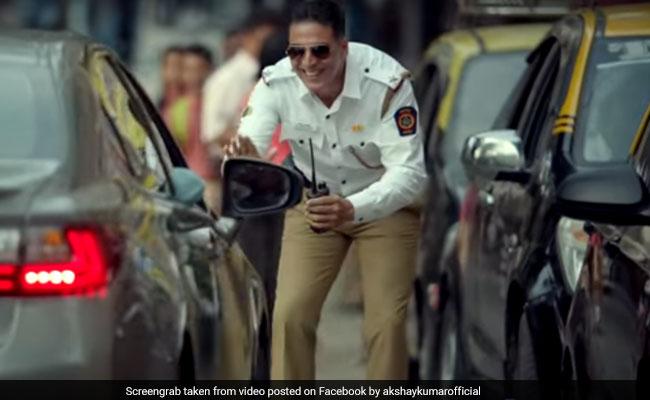 VIDEO: ट्रैफिक पुलिस बन अक्षय कुमार ने सिखाया शख्स को सबक, बोले- रोड किसी के बाप की नहीं होती