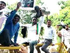 भोपाल में मोदी के दौरे के दौरान युवा कांग्रेस और सवर्ण समाज ने किए विरोध प्रदर्शन