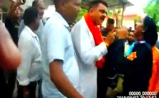 बिना कागज नशे में बाइक चला रहे युवक को रोका, तो बीजेपी विधायक ने की महिला दारोगा से अभद्रता