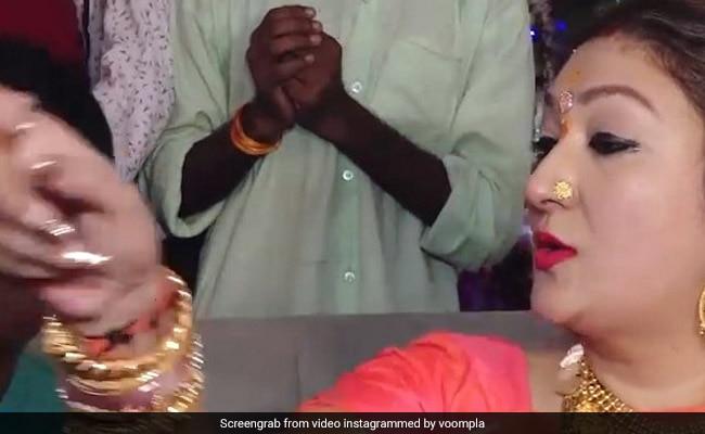 गोविंदा की पत्नी के साथ सेल्फी लेना चाहता था फैन, सुनीता ने खींचा फोन और किया कुछ ऐसा Video हुआ वायरल