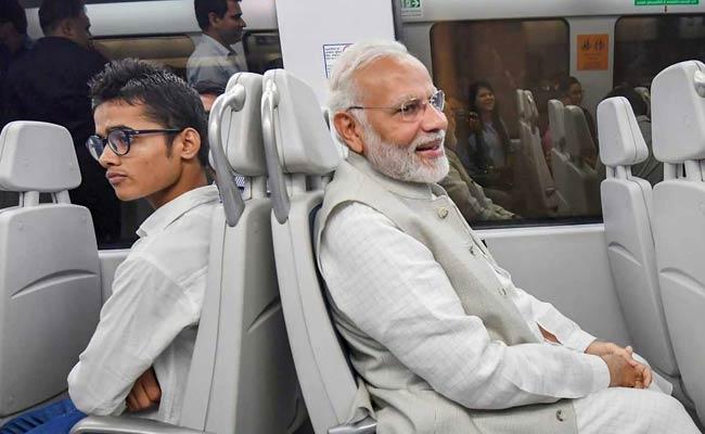VIDEO: मेट्रो में सवार हुए PM मोदी, यात्रियों में मची सेल्फी की होड़