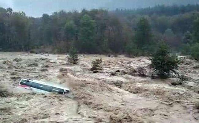 हिमाचल में कुदरत का 'कहर', ब्यास नदी में बह गई बस, देखें दिल दहला देने वाला VIDEO...