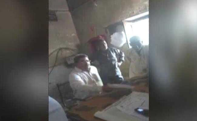 VIDEO: यूपी के कासगंज में बीजेपी विधायक की गुंडागर्दी, गलत काम करने से मना करने पर JE को पीटा