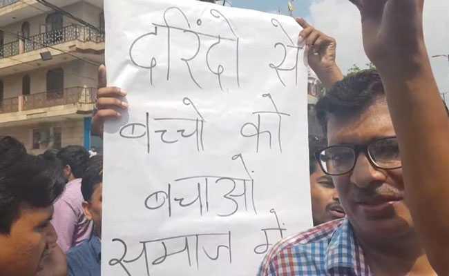 दिल्ली : स्कूल में तीन साल की बच्ची का कथित यौन शोषण, सैकड़ों लोगों ने किया विरोध प्रदर्शन