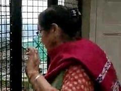 Video: बंदरों के आतंक से परेशान नजर आईं अनुपम खेर की मॉम, बोलीं- 'मुझे डरा रहा है मुसटंडा'