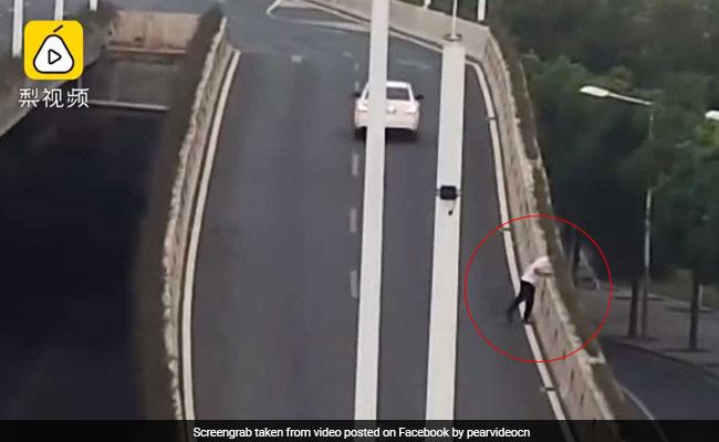 पुलिस पकड़ रही थी शराब पीकर गाड़ी चलाने वालों को, शख्स बचने के लिए कूद गया पुल से, देखें VIDEO