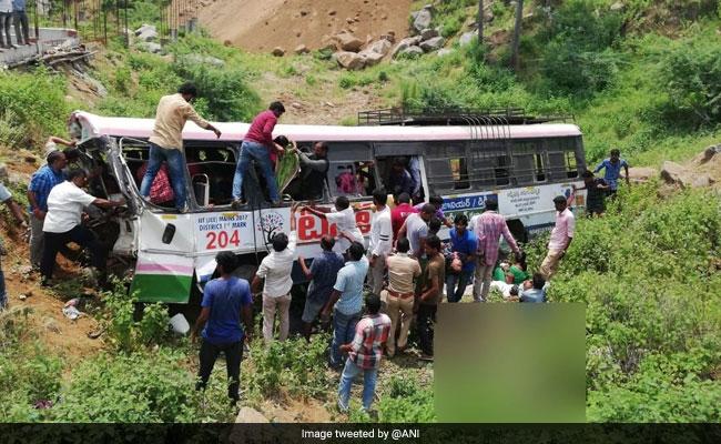 तेलंगाना में खाई में गिरी बस, 6 बच्चों समेत 57 लोगों की मौत