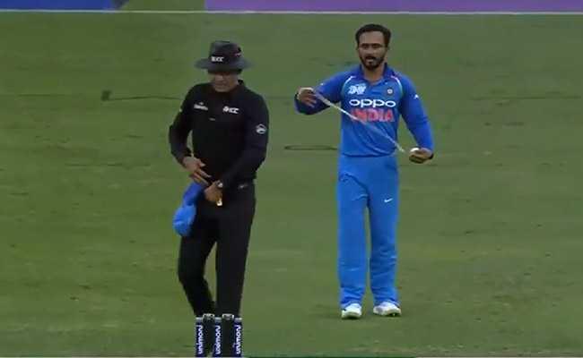 VIDEO: जब एशिया कप के फाइनल में गेंद और बल्ले से कमाल करने वाले केदार जाधव को अंपायर ने कहा- पट्टी खोलो