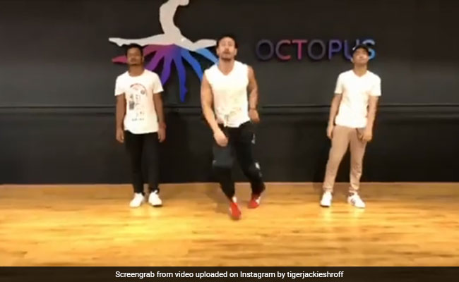 शाहरुख-करीना के गाने पर झूमे टाइगर श्रॉफ, कुछ यूं दिखाए डांस मूव्स... देखें Video