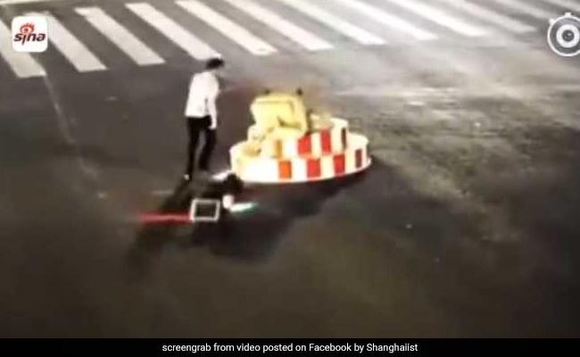 VIDEO: काफी देर तक लाल बत्ती पर खड़ा रहा शख्स, गुस्से में फिर किया ऐसा
