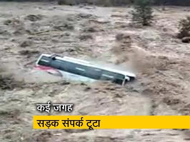 Videos : हिमाचल भारी बारिश से बेहाल, कई इलाकों में बाढ़ जैसे हालात