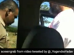 हिरासत में लिये गये स्वराज इंडिया पार्टी के नेता योगेंद्र यादव, पुलिस पर लगाया हाथापाई का आरोप