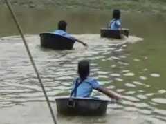 VIDEO: जहां स्कूल तक पहुंचने के लिए पतीले में बैठकर नदी पार करने को मजबूर हैं छोटे-छोटे बच्चे...