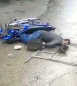कैमरे में कैद: जब मोटरसाइकिल सवार के सिर पर आ गिरा लोहे का बड़ा-सा फ्रेम